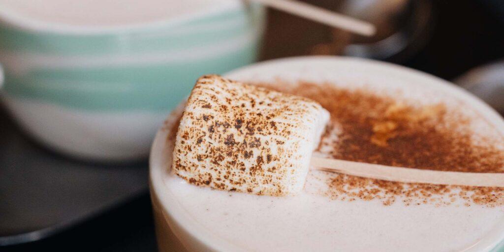 Pumpkin spice latte, la bebida de otoño en Hola Coffee y Misión Café